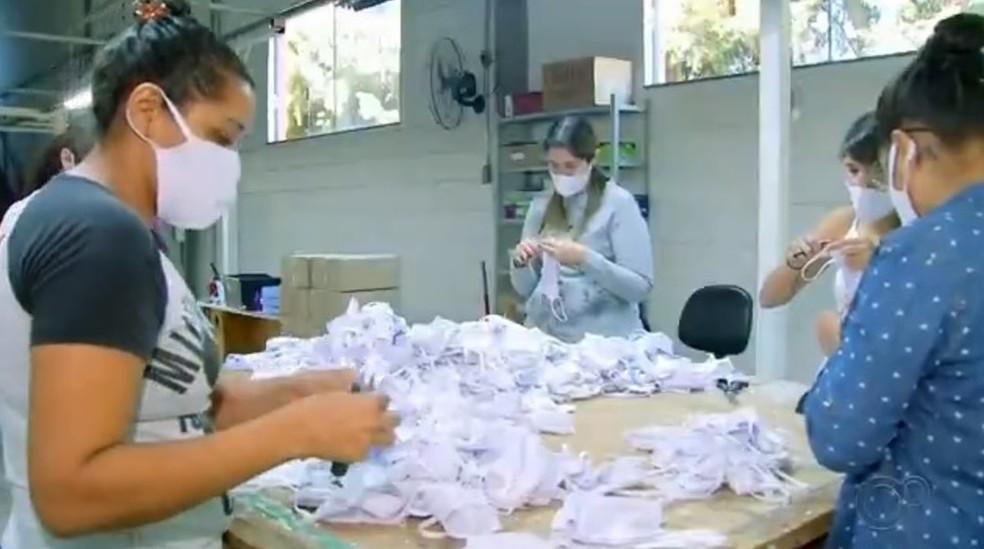 Fábrica de Agudos tem capacidade para produzir 6 mil máscaras por dia — Foto: TV TEM/Reprodução