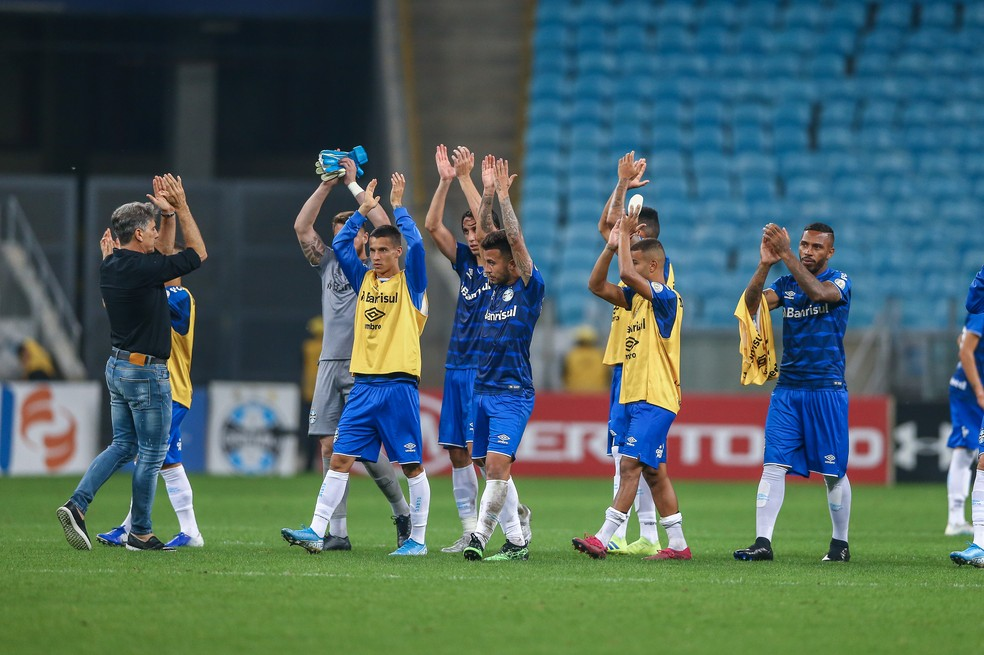 Renato Gaúcho e grupo do Grêmio após vitória — Foto: Lucas Uebel/Grêmio