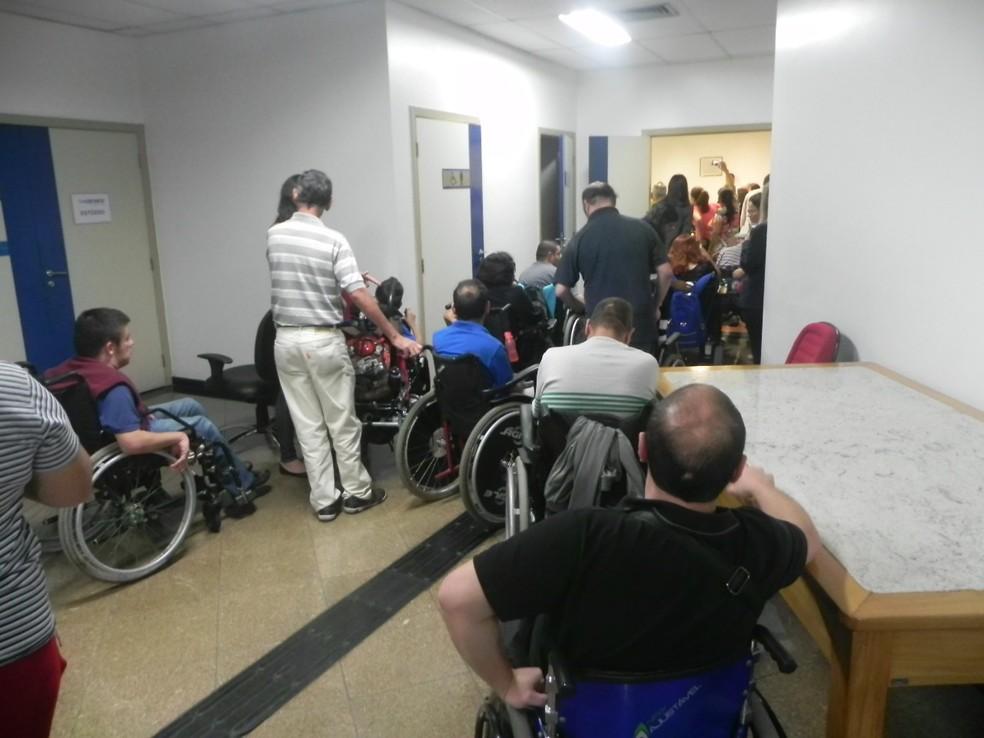 Cadeirantes se reuniram na Câmara para protestar contra o transporte adaptado em São José (Foto: Arquivo Pessoal)