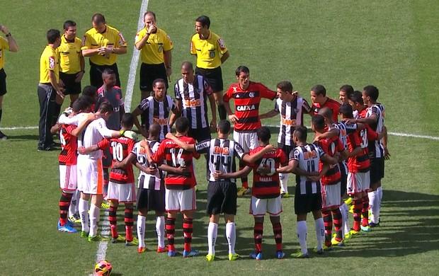 Jogadores de Atlético-MG e Flamengo se abraçam no meio do campo (Foto: Reprodução / Premiere FC)