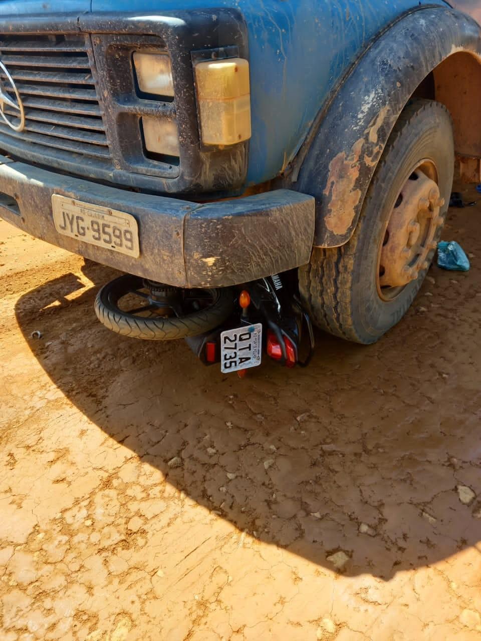 Motociclista morre ao bater de frente com caminhão e ser prensado por rodas em Cujubim, RO