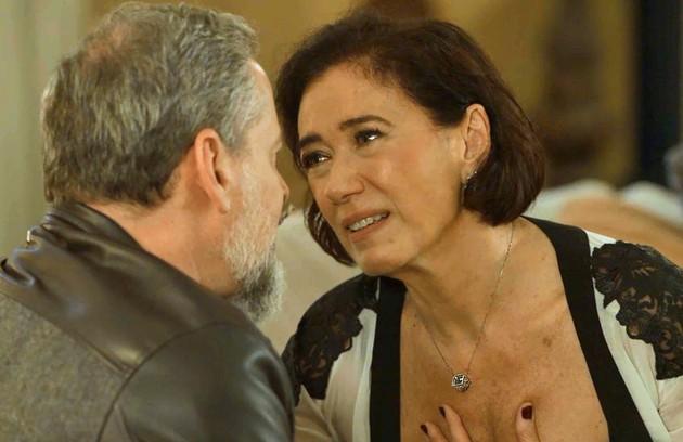 Valentina prometerá a Eurico (Dan Stulbach) uma antena para celulares em Serro Azul caso ele desaproprie a casa de Egídio (Antonio Calloni) (Foto: TV Globo)