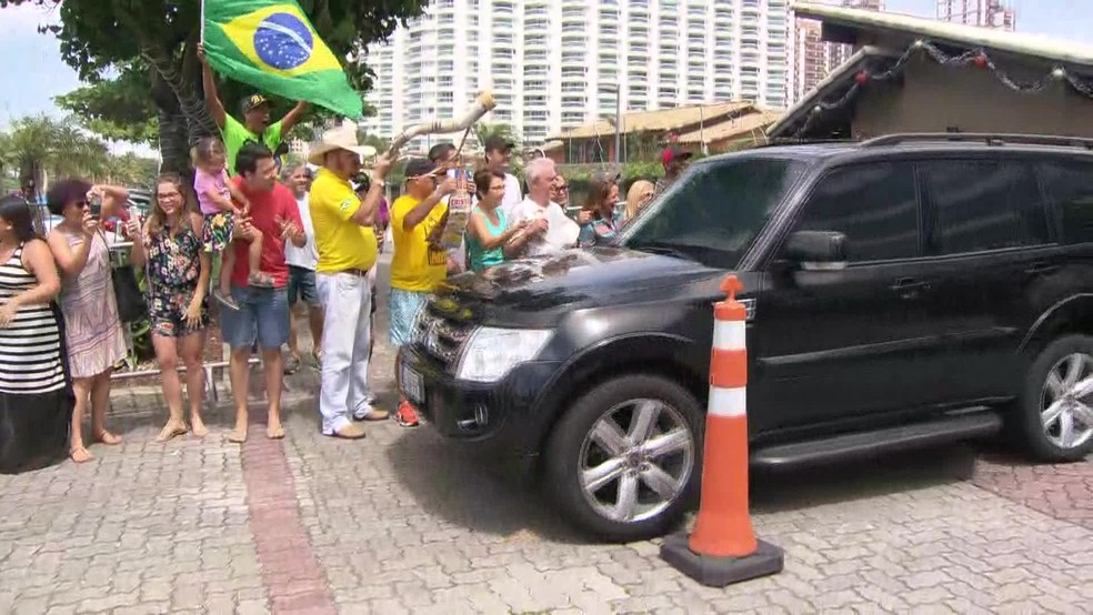 Bolsonaro saiu de casa, no Rio de Janeiro, no fim da manhã de domingo (2) para acompanhar jogo em SP — Foto: Reprodução/ TV Globo