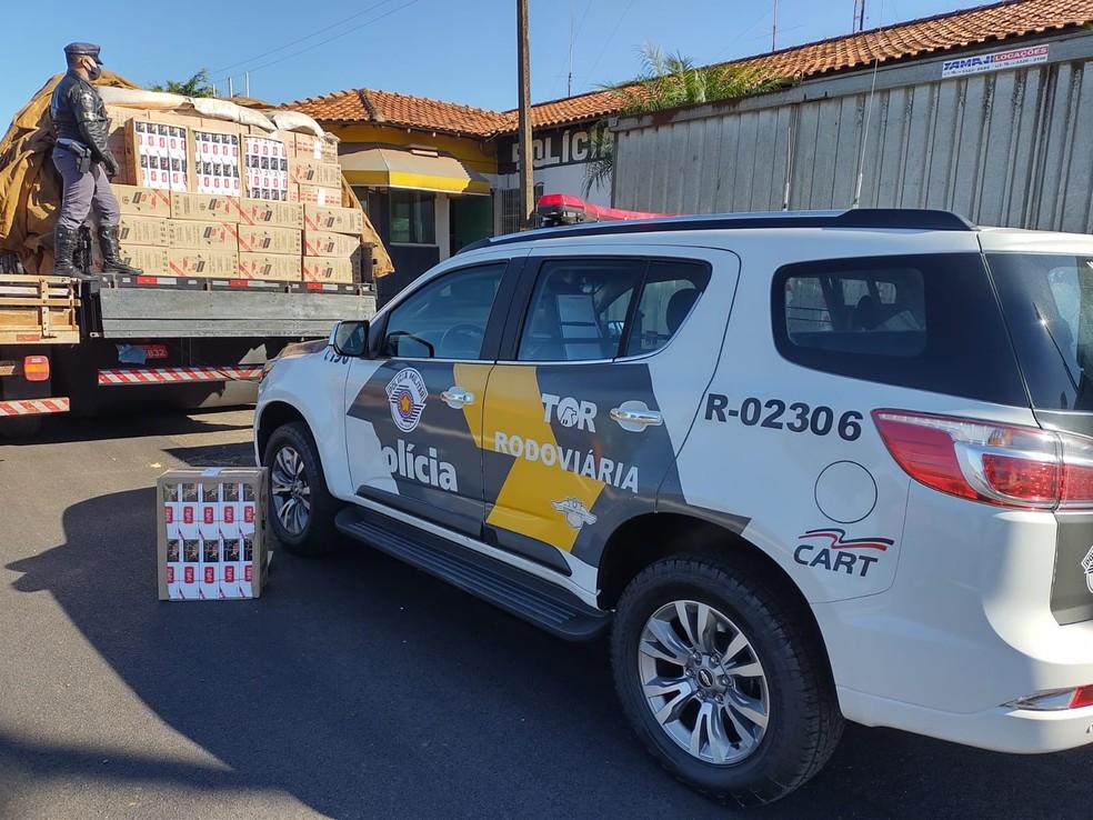 Caminhão com carga de cigarros sem nota fiscal foi abordado na SP-225 em Santa Cruz do Rio Pardo (SP) e motorista foi preso — Foto: Polícia Rodoviária Estadual/ Divulgação