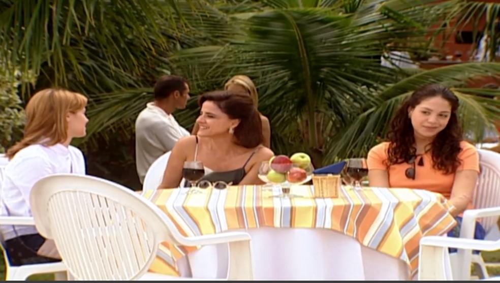 Alma (Marieta Severo) elogia Camila (Carolina Dieckmann) e fala mal de Helena (Vera Fischer), em 'Laços de Família' — Foto: TV Globo