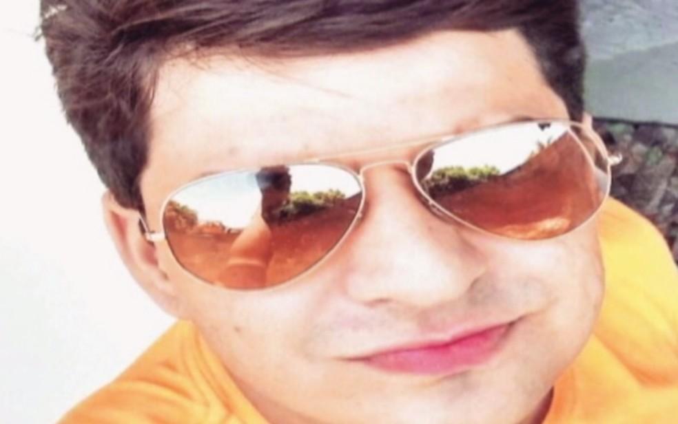 . Elísio de Souza Martins Neto, de 28 anos, recém-formado em medicina veterinária, morreu na hora, em Rio Verde — Foto: Reprodução/TV Anhanguera