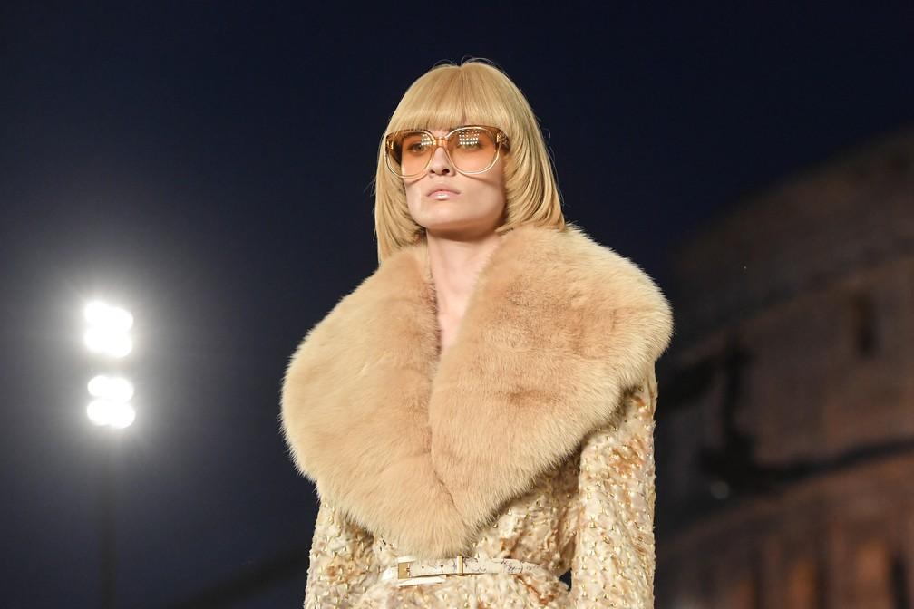 Modelo italiana desfila com casaco de pele da marca italiana Fendi, que segue usando este material — Foto: Tiziana Fabi/AFP