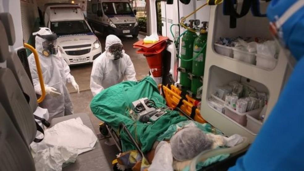 Samu chega com um paciente com suspeita de covid-19 a hospital de Manaus — Foto: AFP