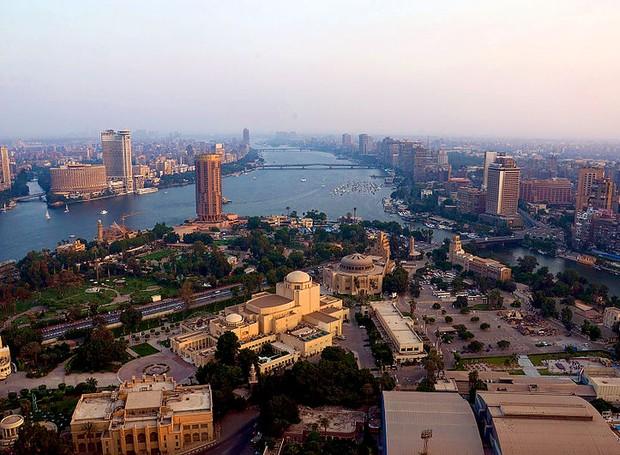 Com mais de 180 metros e feita de concreto, a torre do Cairo é uma torre de televisão que atrai diversos turistas  (Foto: Reprodução/Wikimedia Commons)