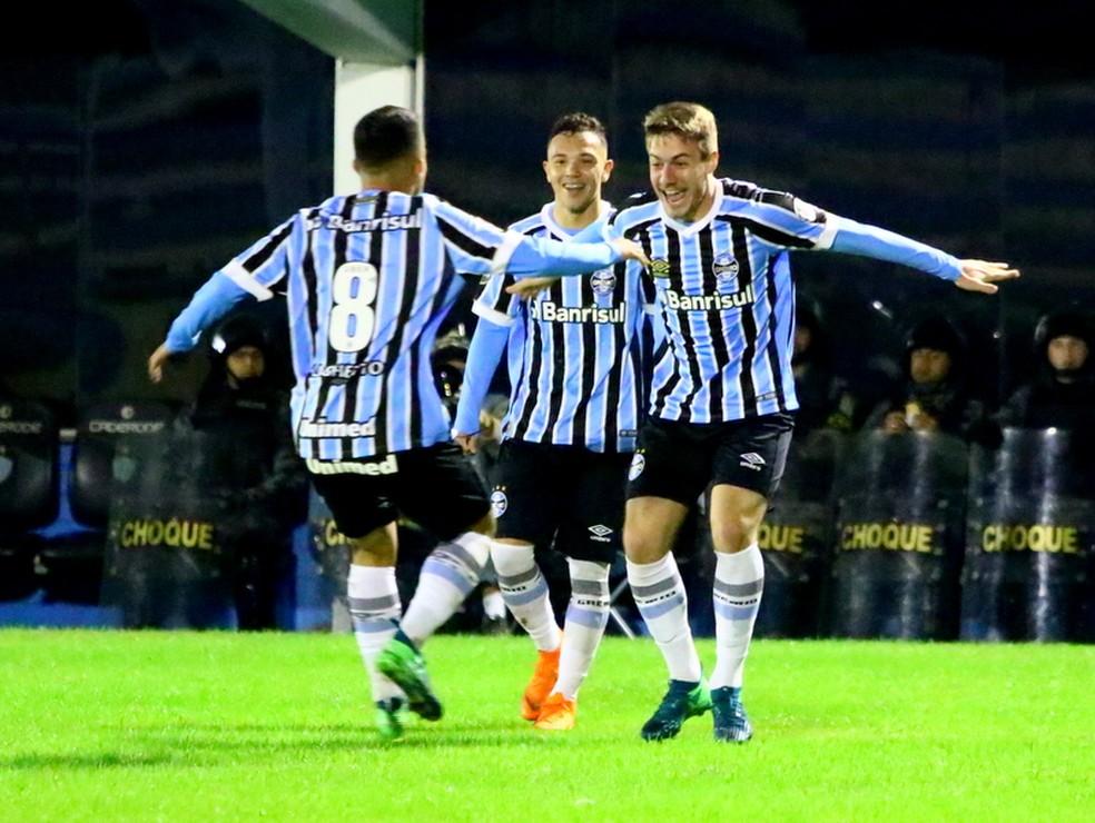 Matheus Henrique (de costas), Pepê e Luis Henrique são destaques do time de aspirantes (Foto: Rodrigo Fatturi / Grêmio / Divulgação)