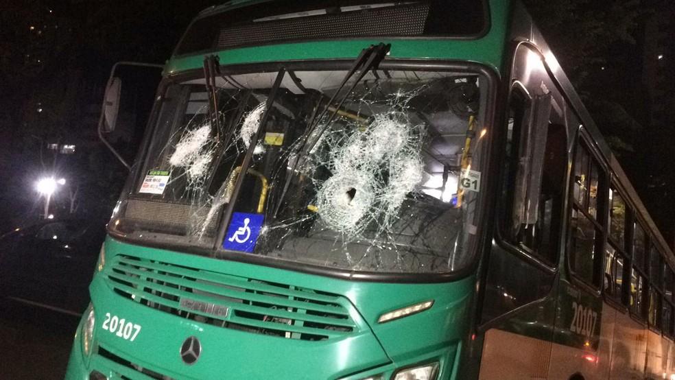 Ônibus que foi apedrejado na Avenida Centenário, na noite de terça-feira (3), em Salvador — Foto: Giana Mattiazzi/TV Bahia