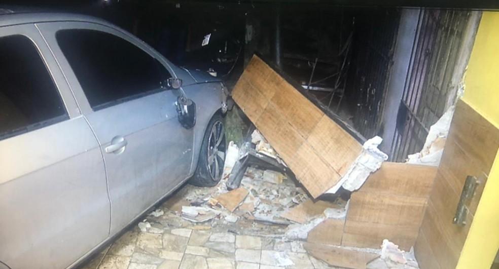 Parte da escada de uma residência foi destruída com a batida. — Foto: Reprodução/TV Liberal