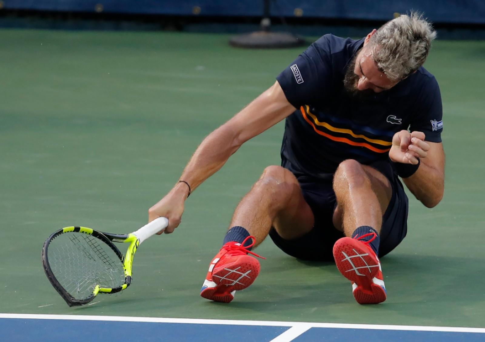 Bizarro! Revoltado, tenista francês destrói três raquetes no chão e ainda chuta banco