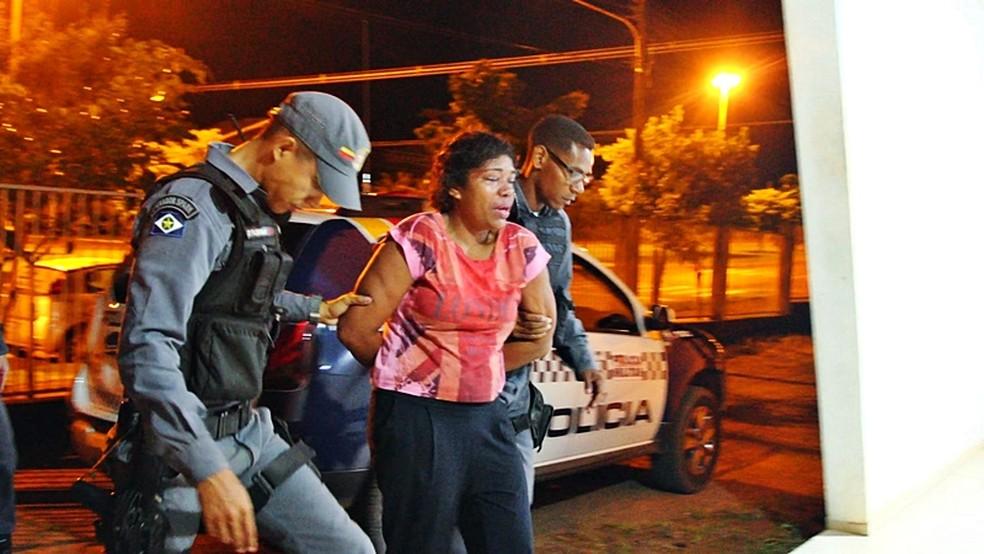 Mulher foi presa depois de denúncia feita pela irmã dela — Foto: PM-MT/ Divulgação