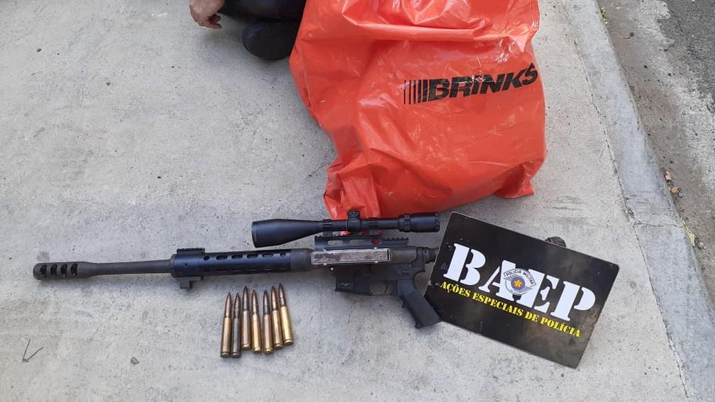 Malote de dinheiro e fuzil apreendidos pelo Baep no Vida Nova, em Campinas (SP) — Foto: Polícia Militar/Baep/Divulgação