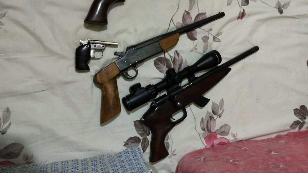Armas estavam guardadas em vários lugares de residência em São João da Boa Vista (SP) — Foto: 1º Batalhão da Polícia Ambiental/Divulgação