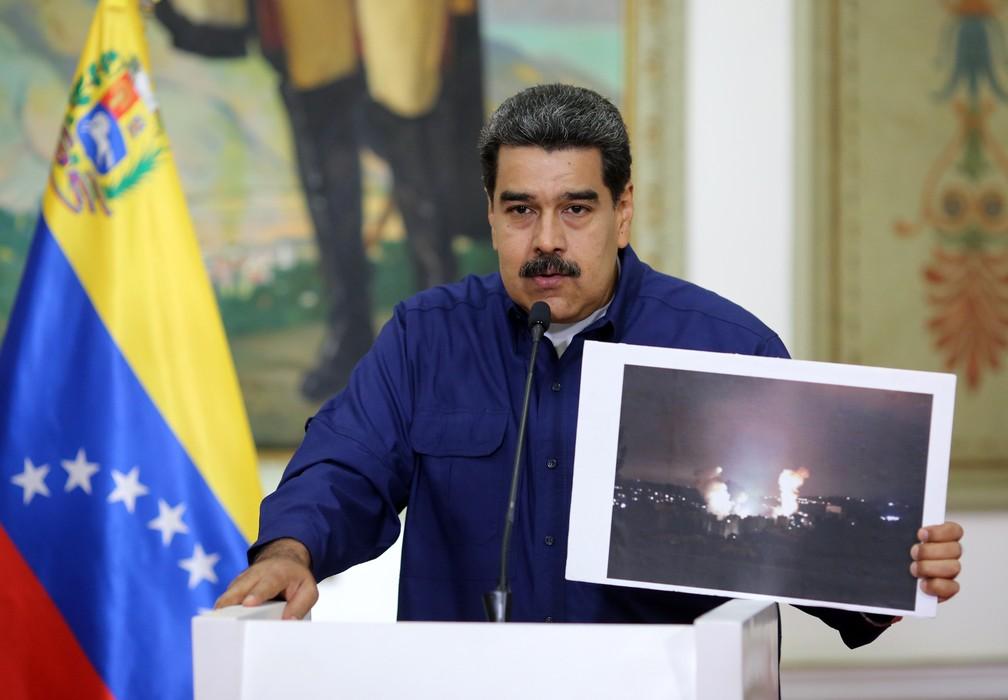 Maduro fala em Caracas sobre apagão que atinge a Venezuela e mostra foto de fogo em edifício da companhia estatal de eletricidade — Foto: AFP/Marcelo Garcia/Presidência da Venezuela