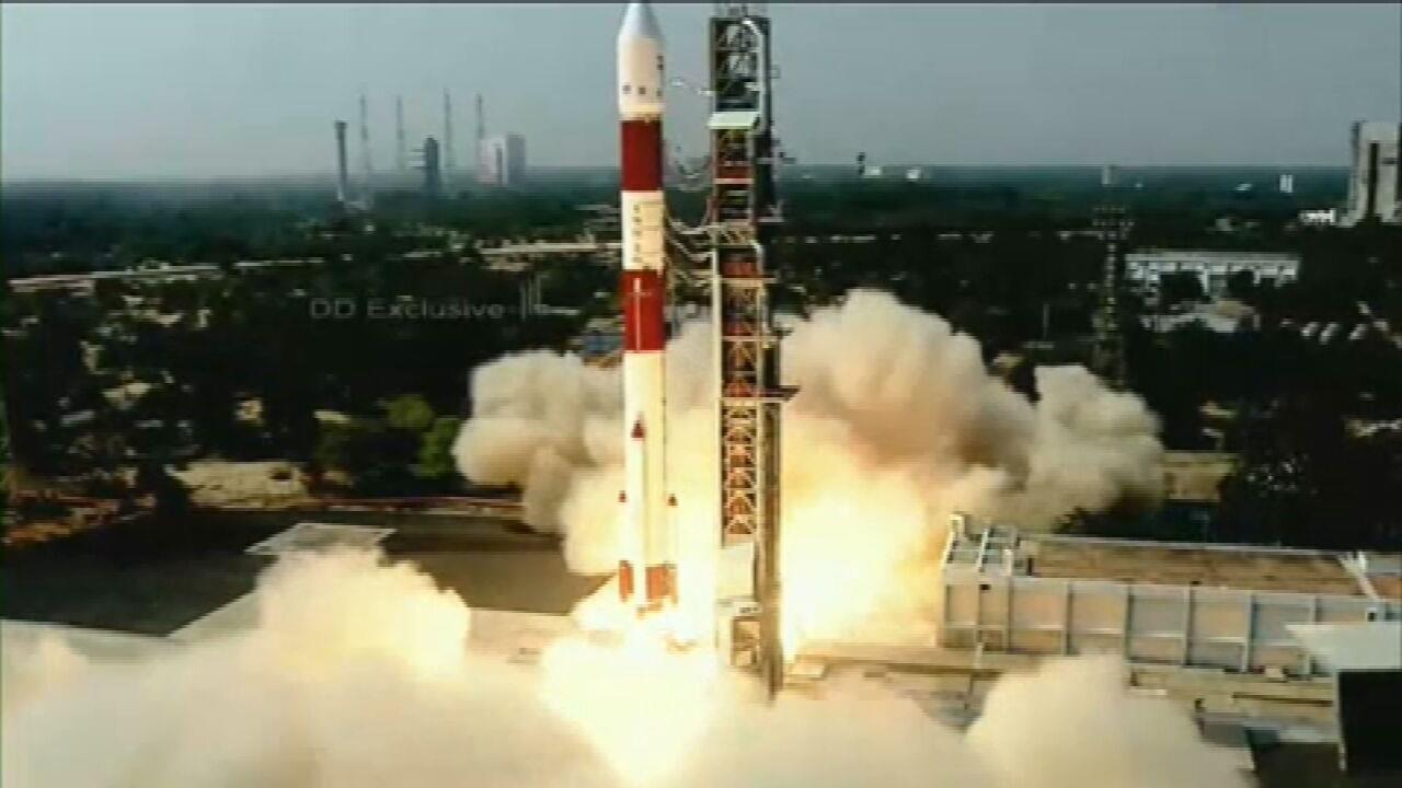 VÍDEOS: Primeiro satélite totalmente brasileiro é lançado na índia