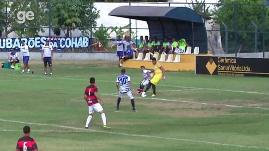 Goleiro dá passe para rival na área e corrige lambança com defesaça; assista