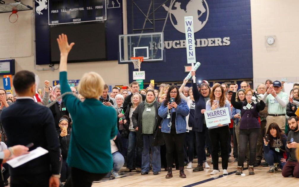 A pré-candidata democrata Elizabeth Warren (de costas) se dirige a eleitores durante um caucus em ginásio em Des Moines, Iowa, na segunda-feira (3) — Foto: Reuters/Brian Snyder