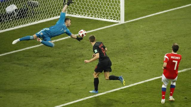 Andrej Kramaric acerta cabeçada e empata o jogo