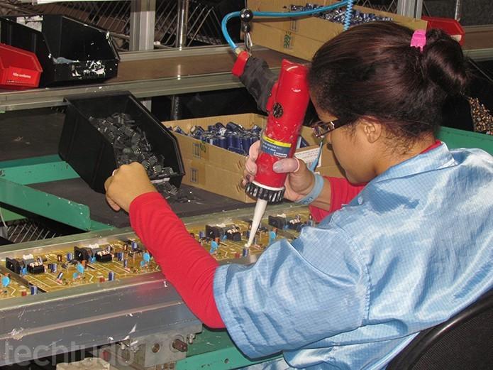 Mulheres têm papel fundamental para montagem das placas (Foto: TechTudo/Paulo Alves)