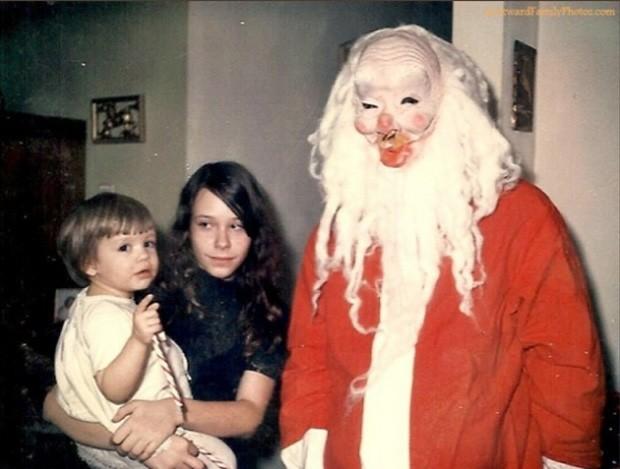 Papai Noel da década de 1970 exibe figurino 'horripilante' (Foto: Divulgação/Awkward Family Photos)