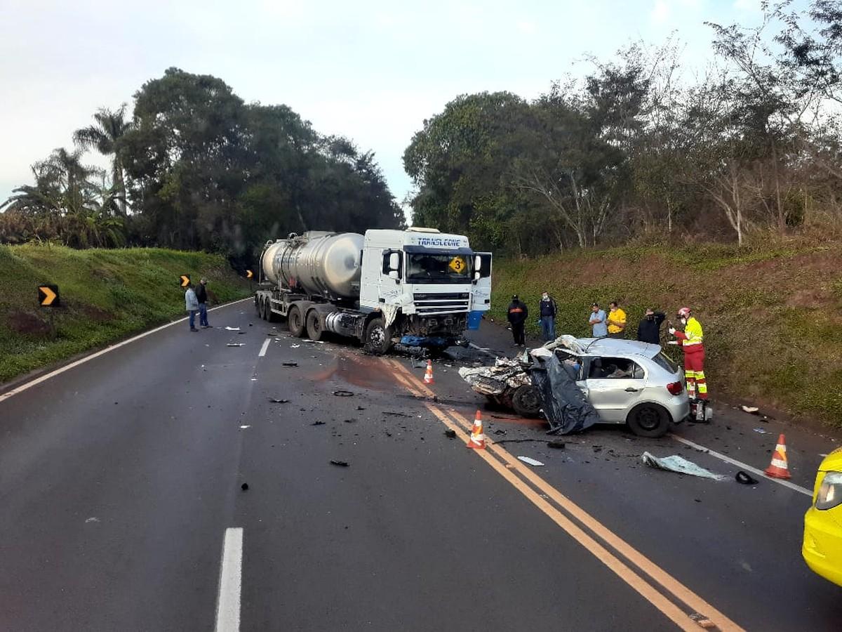 Duas pessoas morrem em acidente entre carro e carreta que transportava óleo diesel, em Cantagalo – G1