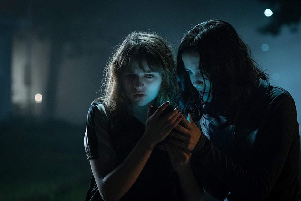 Joey King e Julia Goldani Telles em cena de 'Slender Man: Pesadelo sem rosto' (Foto: Divulgação)