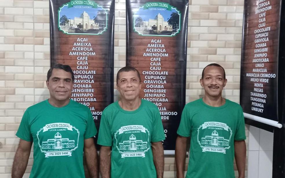 Da esquerda para direita, Roberto Freitas, Antônio Reis e Moises Pinheiro, sócios da casa de licor Cachoeira Colonial, na Bahia — Foto: Arquivo Pessoal