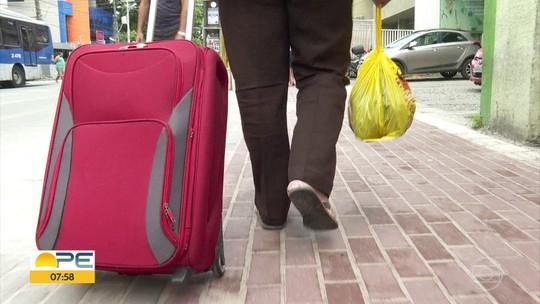 Sem ter onde morar e em busca de emprego, homem dorme no Aeroporto do Recife há sete anos