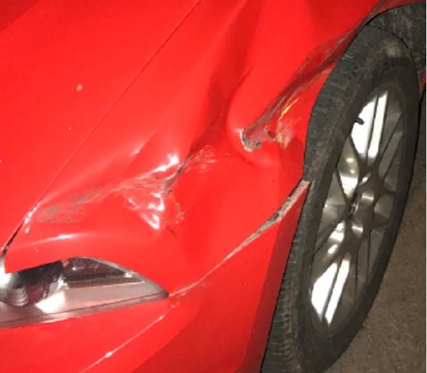 Mustang vermelho danificado (Foto: Reprodução/Twitter)