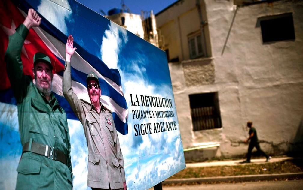 Outdoor com os irmãos Fidel e Raúl Castro, que comandaram Cuba desde a revolução em 1959  (Foto: Ramon Espinosa/ AP )