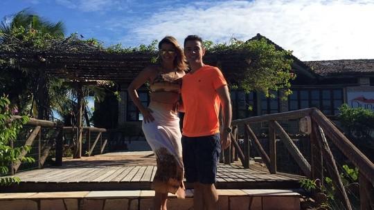 Vocalista do Babado Novo da um rolé pela praia de Maracajaú