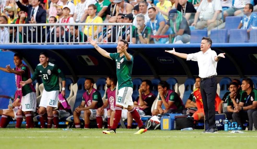 Jogadores do México e técnico Juan Carlos Osorio reclamam da arbitragem em jogo contra o Brasil. Levantamento mostra que mexicanos fizeram mais cera do que a seleção brasileira na Copa (Foto: Reuters)