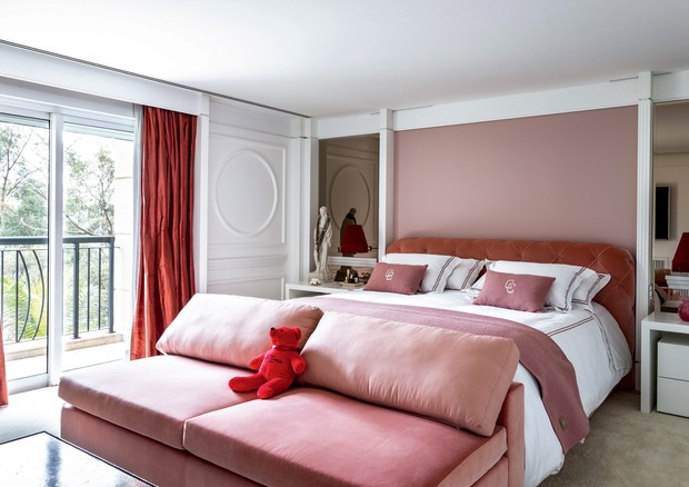 O quarto de casal em tons de rosa, sua cor preferida (Foto: João Viegas e Fran Parente (Divulgação) )