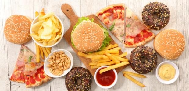 Aquela vontade de comer fast food chega ao entardecer? Saiba que dormir melhor ajuda a controla-lá (Foto: Getty Images/ Reprodução)