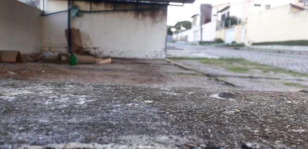 Morador de rua dormia embaixo de cobertura de estacionamento, quando foi assassinado na Zona Sul de Natal — Foto: Klênyo Galvão/Inter TV Cabugi
