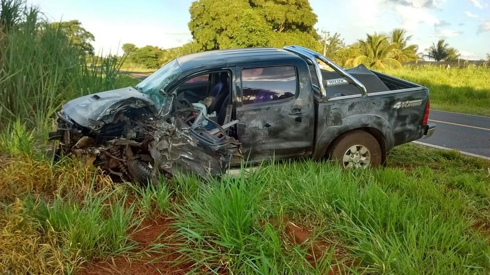 Com a batida, a caminhonete foi lançada para o acostamento da rodovia  (Foto: Divulgação / Polícia Rodoviária)