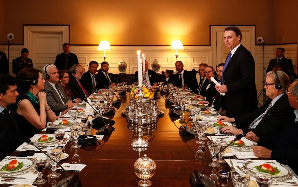 O presidente Jair Bolsonaro, em Washington (EUA), ao discursar para 'formadores de opinião' — Foto: Alan Santos/PR