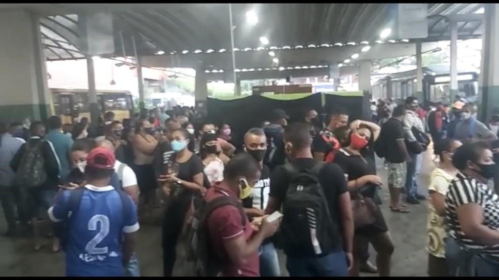 Passageiros aglomerados a espera de ônbius no Terminal Integrado Camaragibe, no Grande Recife, na manhã desta segunda-feira (12) — Foto: Reprodução/WhatsApp