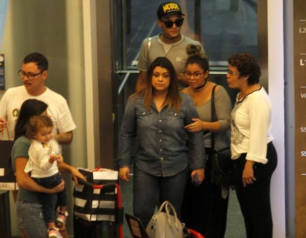 Preta Gil curte passeio com a neta e Pabllo Vittar (Foto: AgNews)