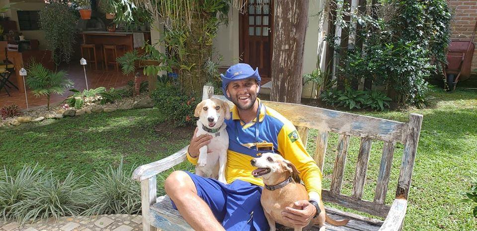 O carteiro Ângelo e seus improváveis amigos (Foto: Facebook / Carteiro Amigos dos Animais)
