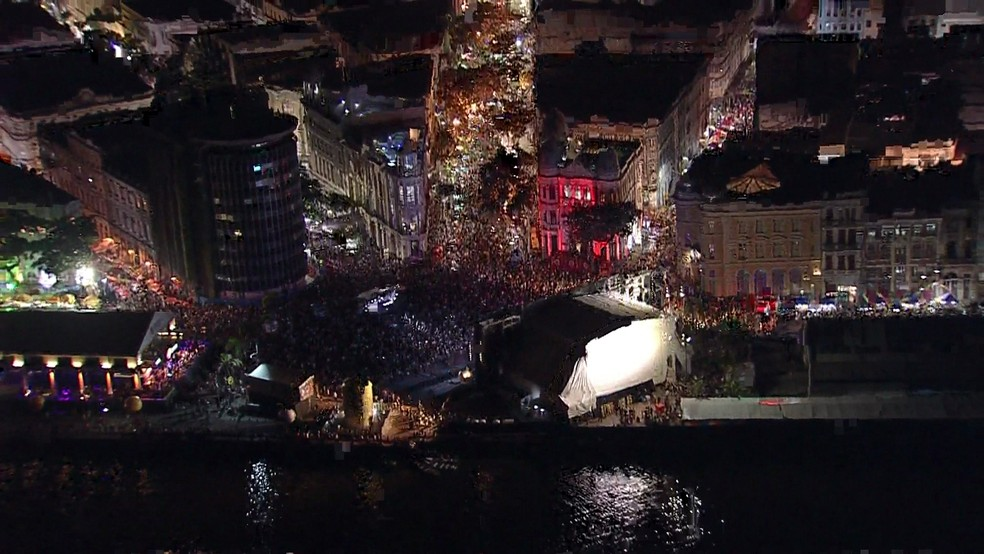 Multidão toma conta do Bairro do Recife no início oficial do carnaval recifense (Foto: Reprodução/TV Globo)
