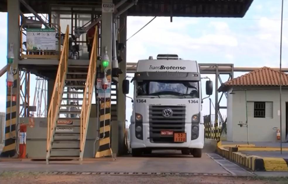 Empresa de Paraguaçu Paulista produz 600 mil litros de etanol por dia — Foto: TV TEM/Reprodução