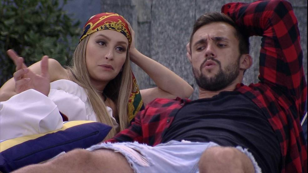 Após ouvir discussão entre brothers, Arthur opina sobre um participante do BBB21: 'Ridículo' — Foto: Globo