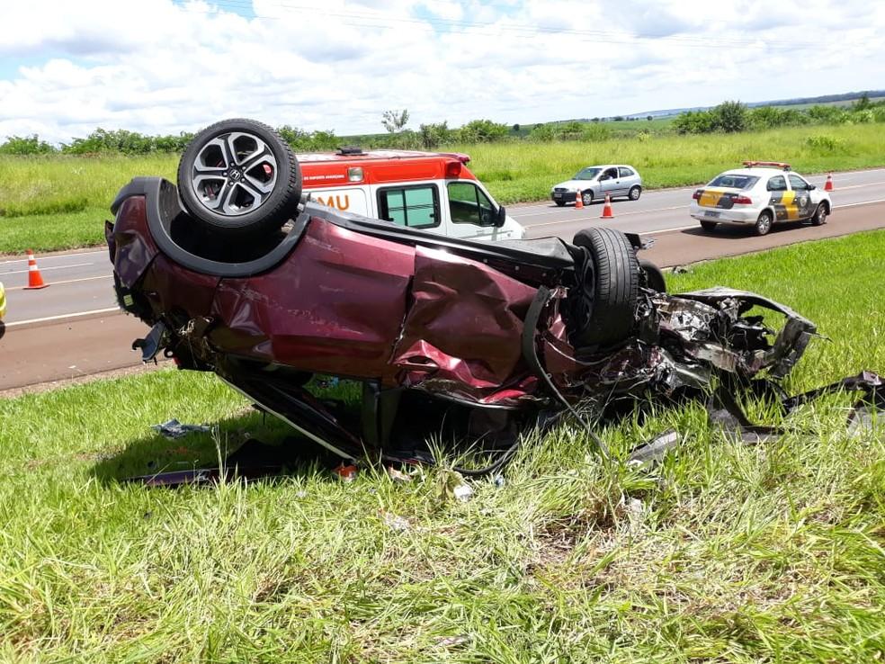 Batida entre dois carros foi registrada na SP-255, em Avaré — Foto: Divulgação/Corpo de Bombeiros