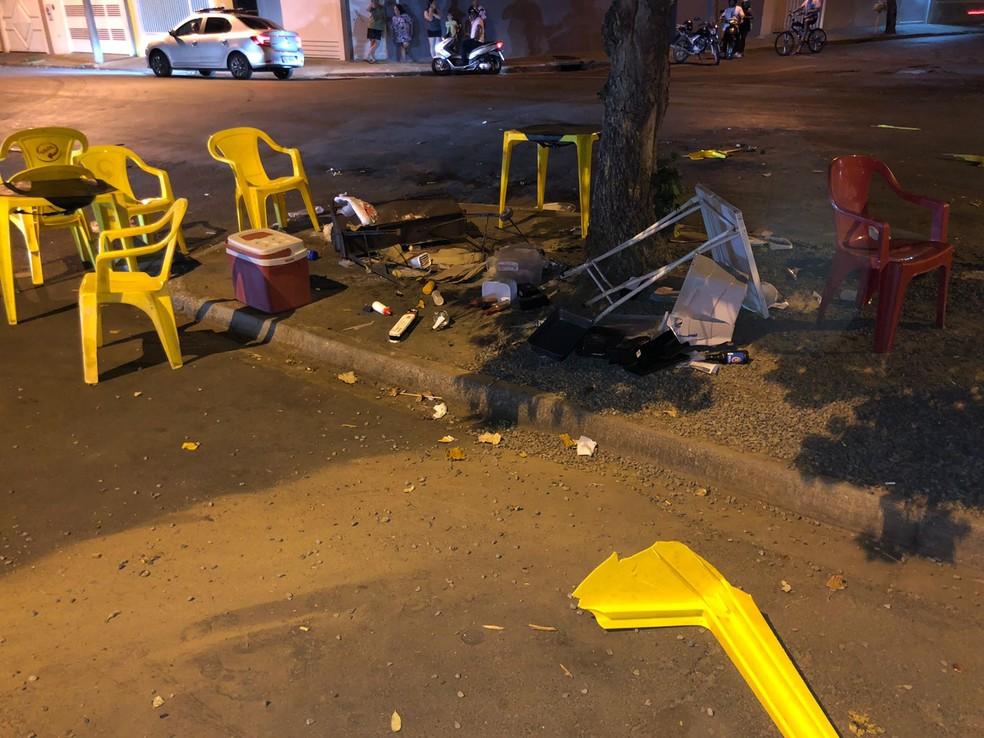 Motorista derrubou churrasqueira e destruiu mesas e cadeiras em Birigui — Foto: Arquivo pessoal