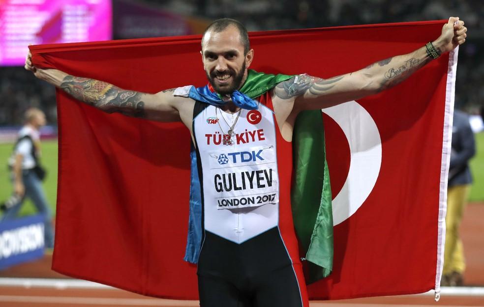 Ramil Guliyev comemorou com uma bandeira da Turquia e outra do Azerbaijão pendurada no pescoço (Foto: Reuters)
