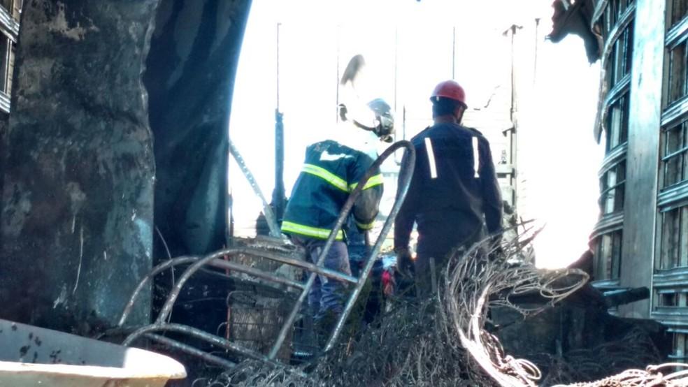 Fogo foi controlado por uma equipe do Corpo de Bombeiros (Foto: Edivaldo Braga/ Blog do Braga)